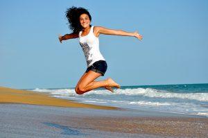 Skákajúca žena na pláži