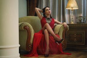 Žena sedí na kresle